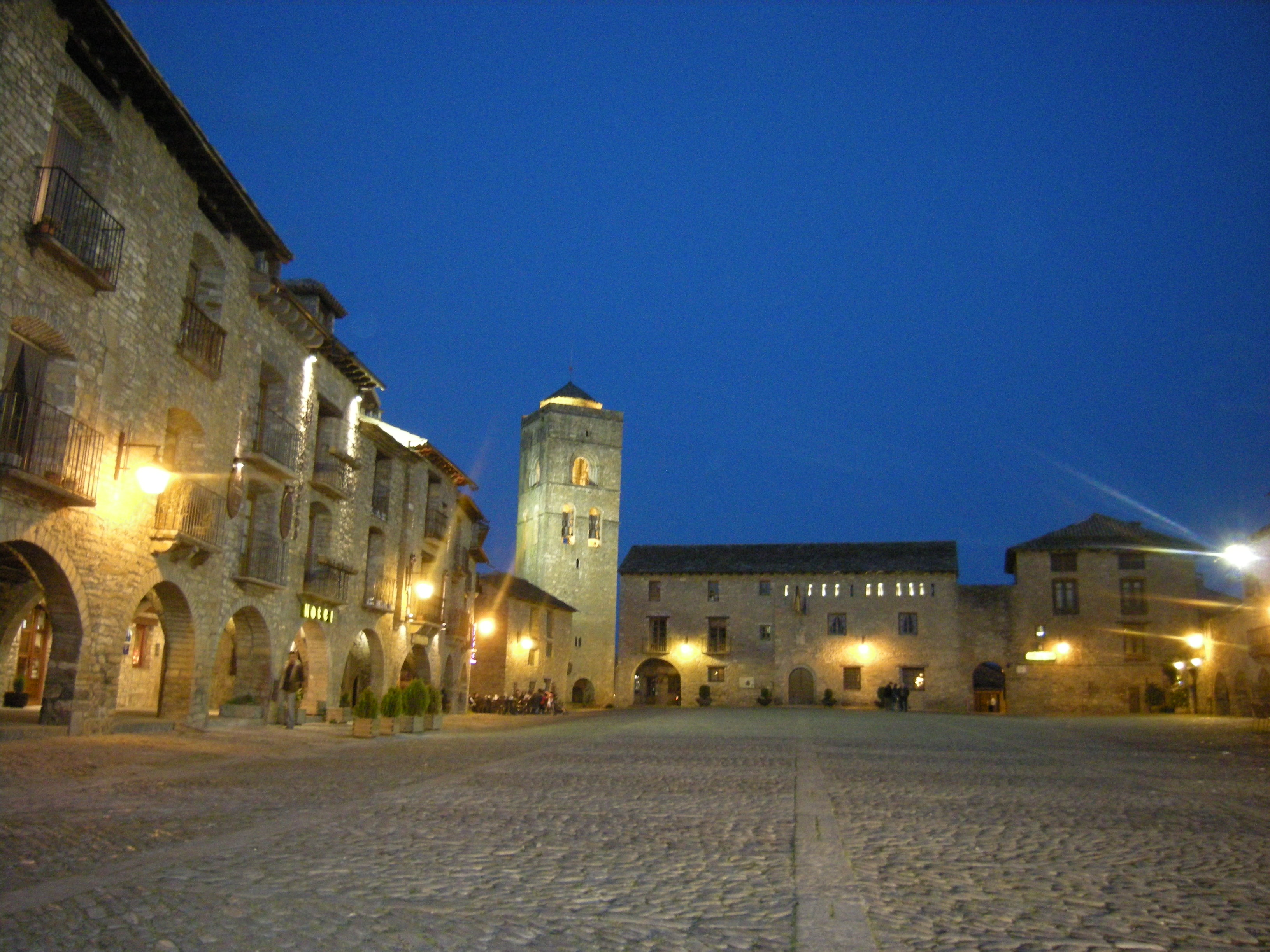 La plaza mayor en arag n televisi n sobrarbenses for Oficina turismo ainsa